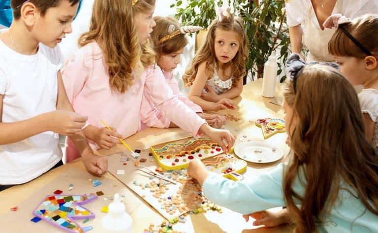 Grupo de niños con piezas