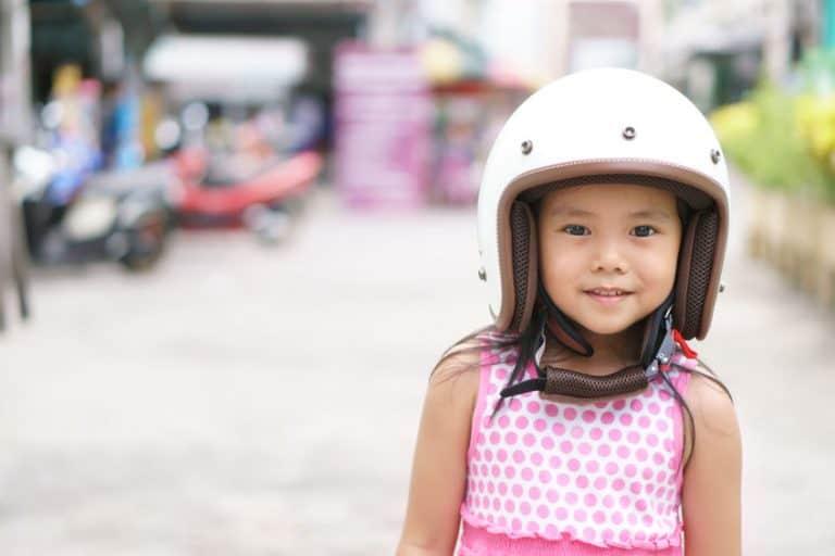 Una niña con un casco puesto