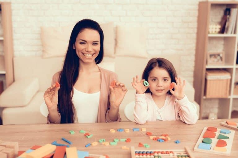 Una chica con una niña jugando