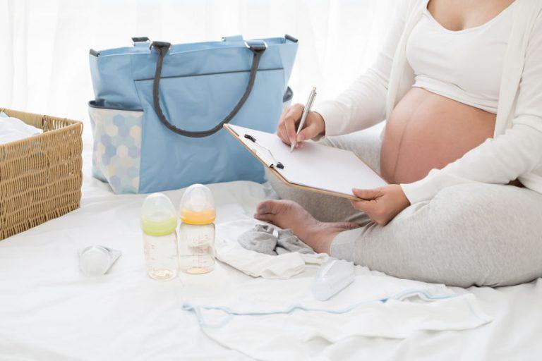 Embarazada haciendo lista