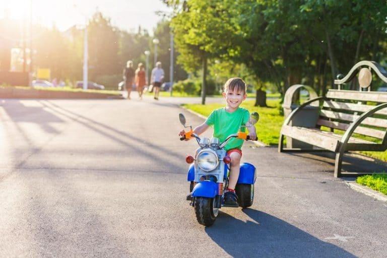 Un niño con una moto