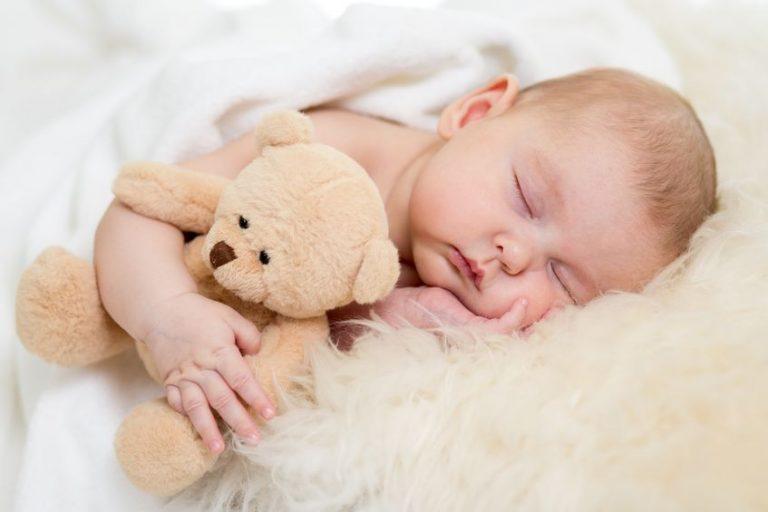 Bebé-abrazando-oso
