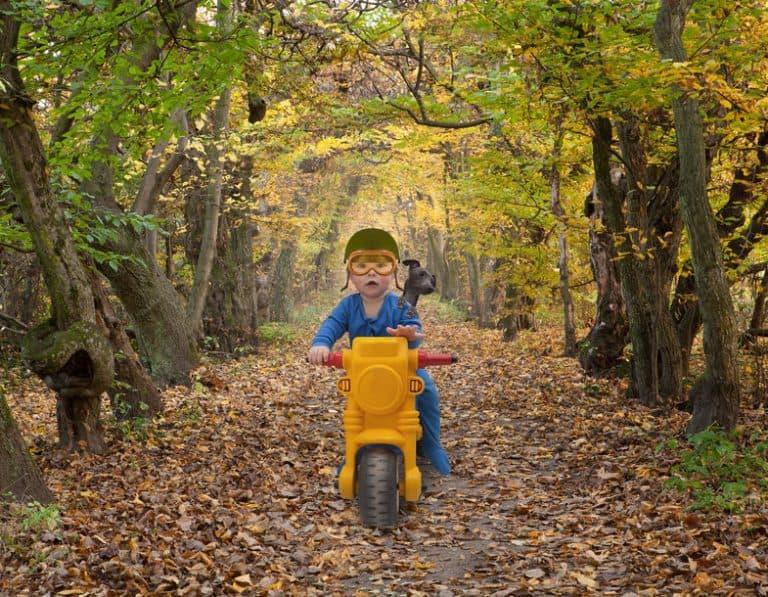 Un niño jugando con una moto