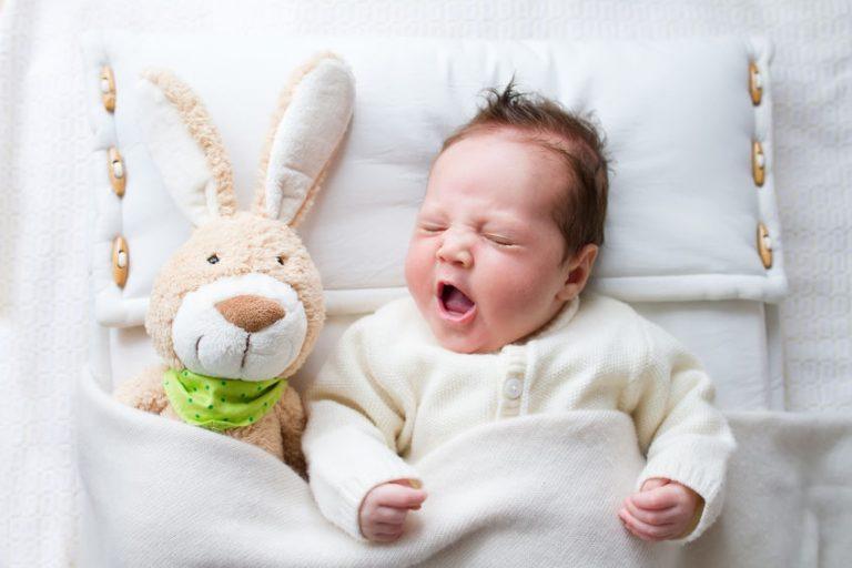 Bebé con conejo