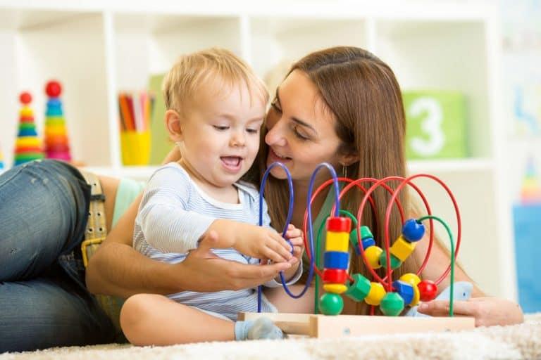 Una madre jugando con su bebé
