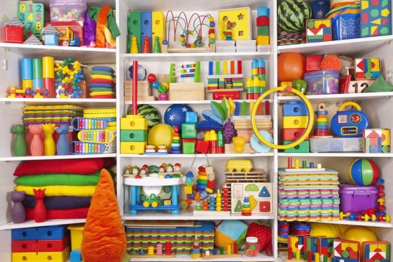 Muchos juguetes en una estantería