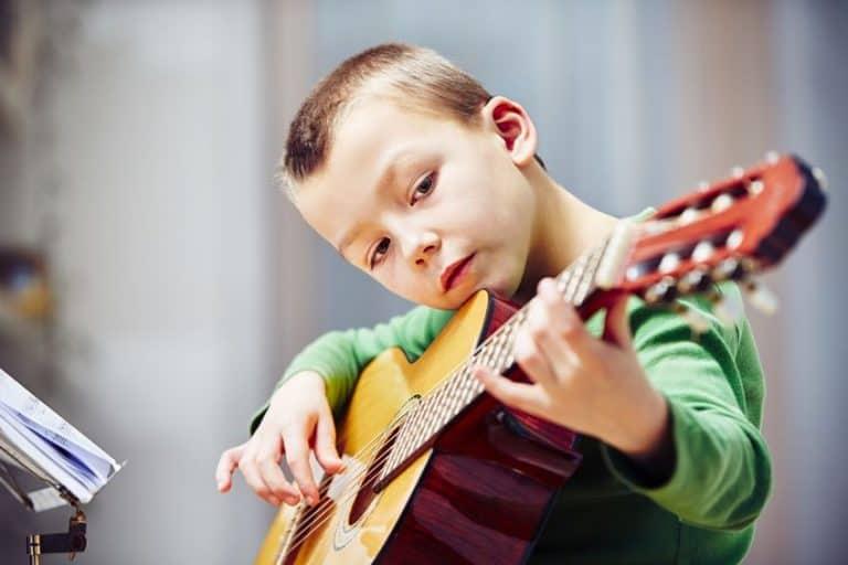 niño tocando su guitarra