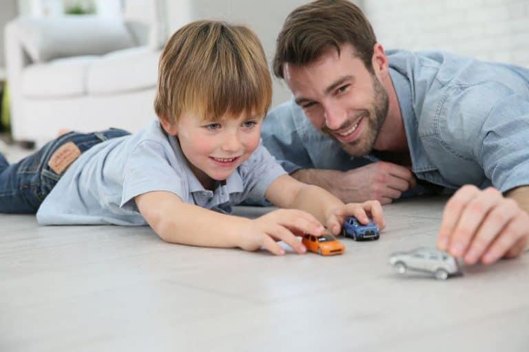 Un padre y su hijo jugando