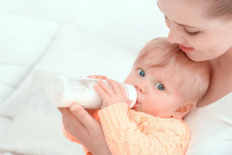 Madre alimentando al hijo