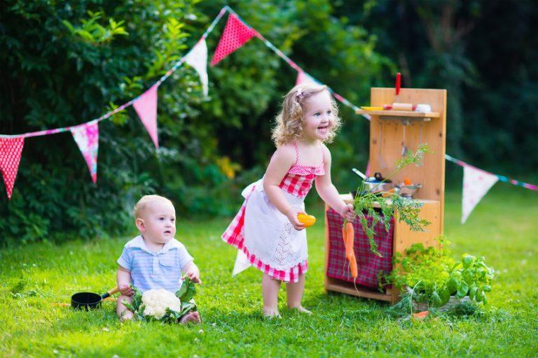 Ninos jugando en el jardín