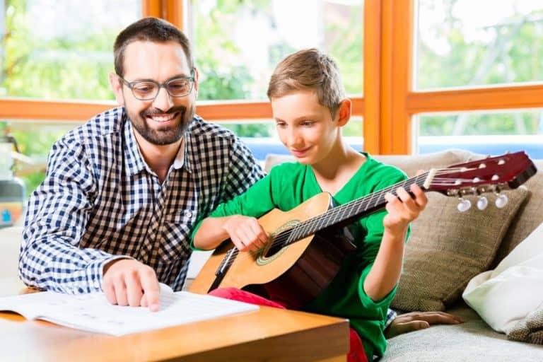 padre dando lecciones de guitarra