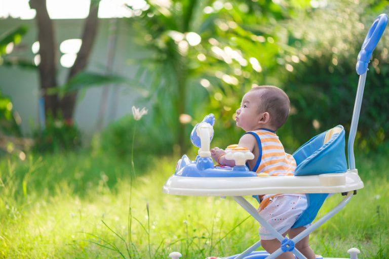 Bebé con andador en patio