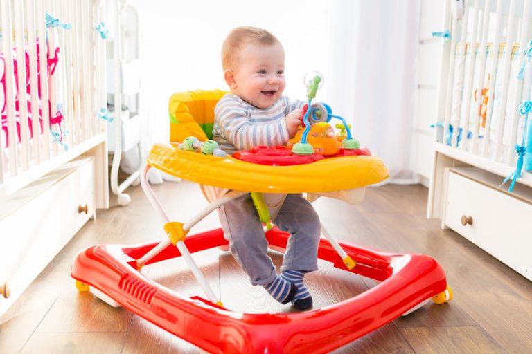 Bebé en andador rojo