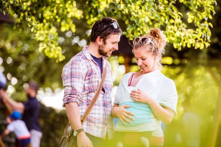 Una pareja con su bebé en el fular portabebé