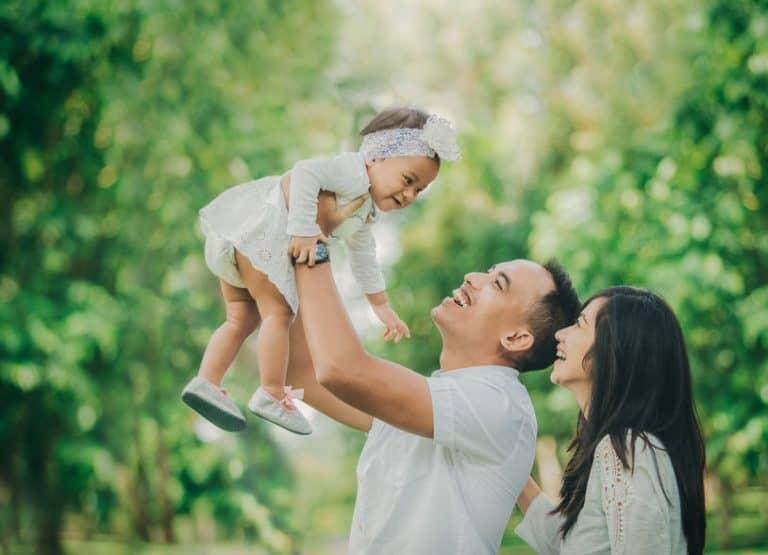 niño con sus padres
