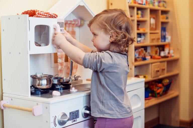 Niña jugando en cocina