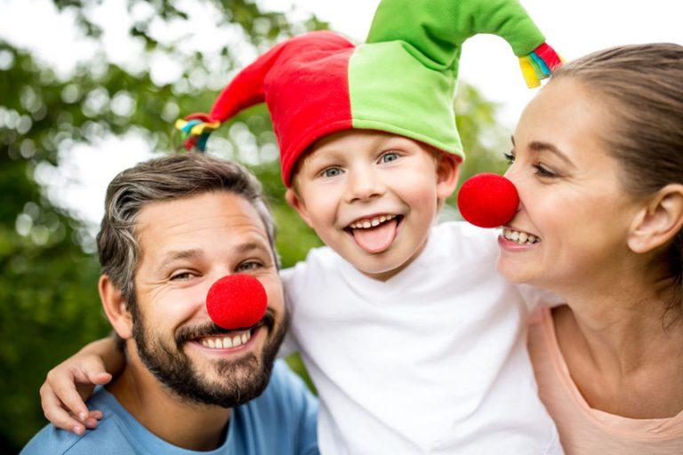 Unos padres con su hijo disfrazado