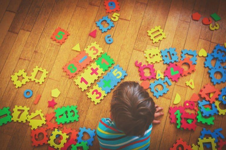 Niño con rompecabezas