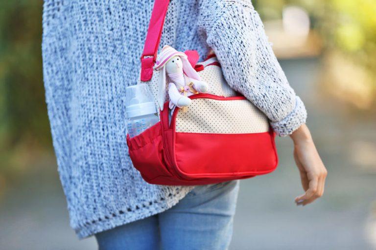 Mujer con bolso en su hombro
