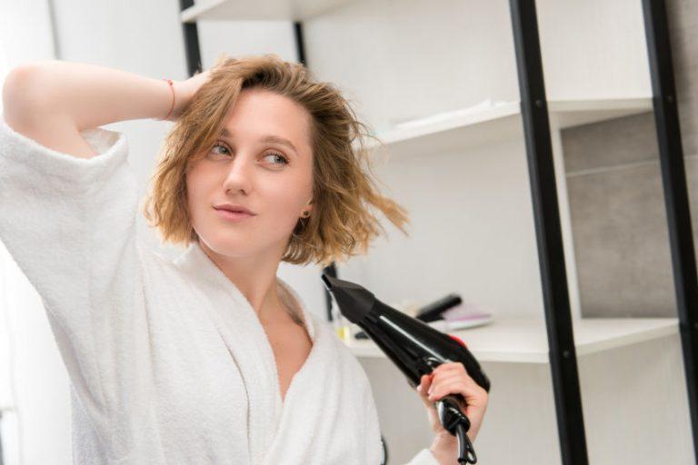 Mujer blanca secándose el cabello