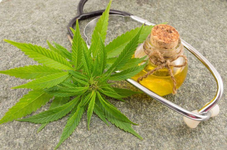 Estetoscopio con hoja de cannabis