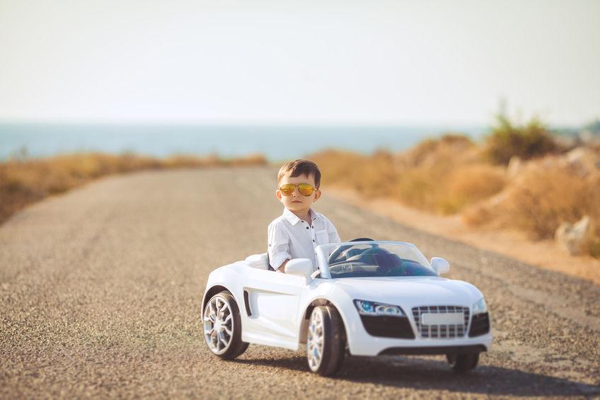 niño con su coche