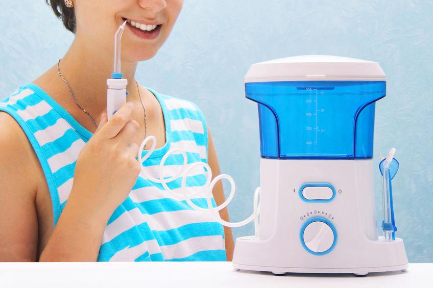 chica con irrigador azul