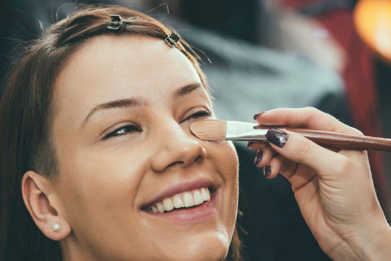 Mujer maquillandose
