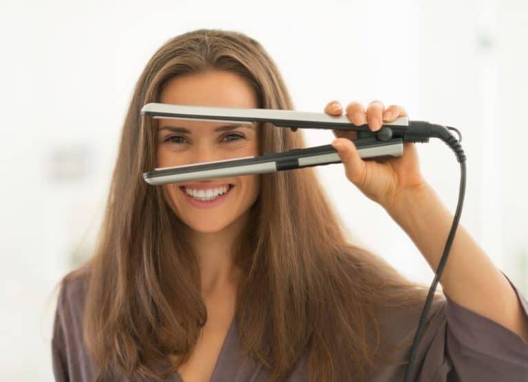 Una chica usando unas plancha de pelo