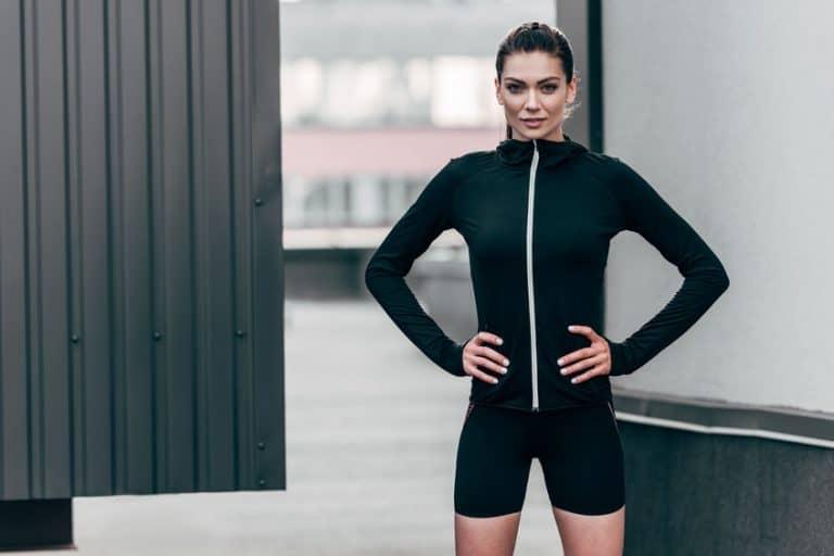 Mujer con ropa interior térmica negra