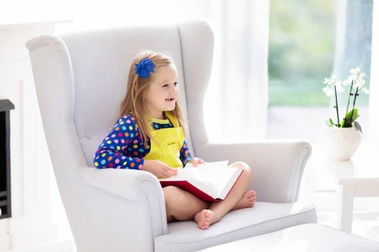 pequeña niña en su sillón