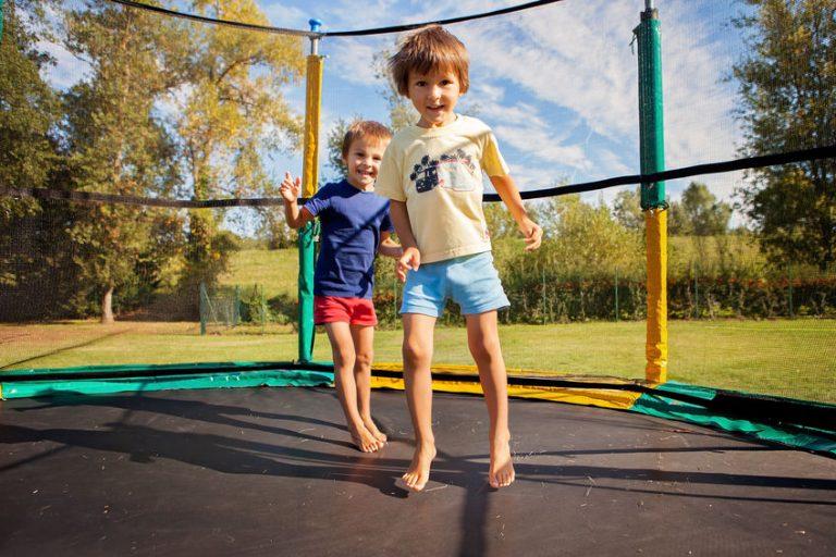 Hermanos en su trampolin