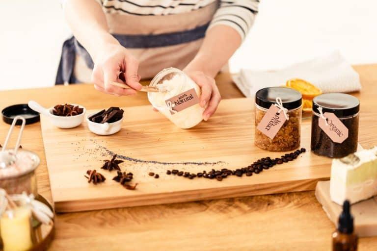 Una persona mezclando ingredientes para hacer productos de belleza veganos