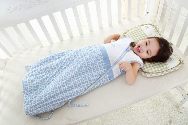 niña en saco de bebe azul