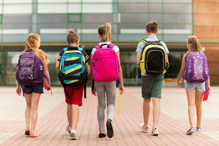niños yendo a la escuela