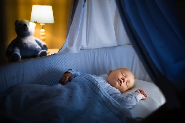 Bebe durmiendo en cuna