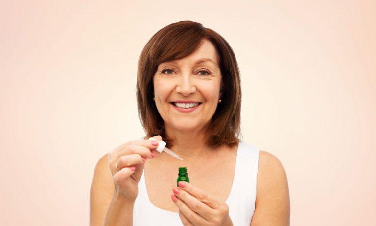 mujer con serum en sus manos