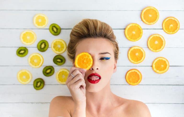 Una mujer maquillada rodeada de fruta