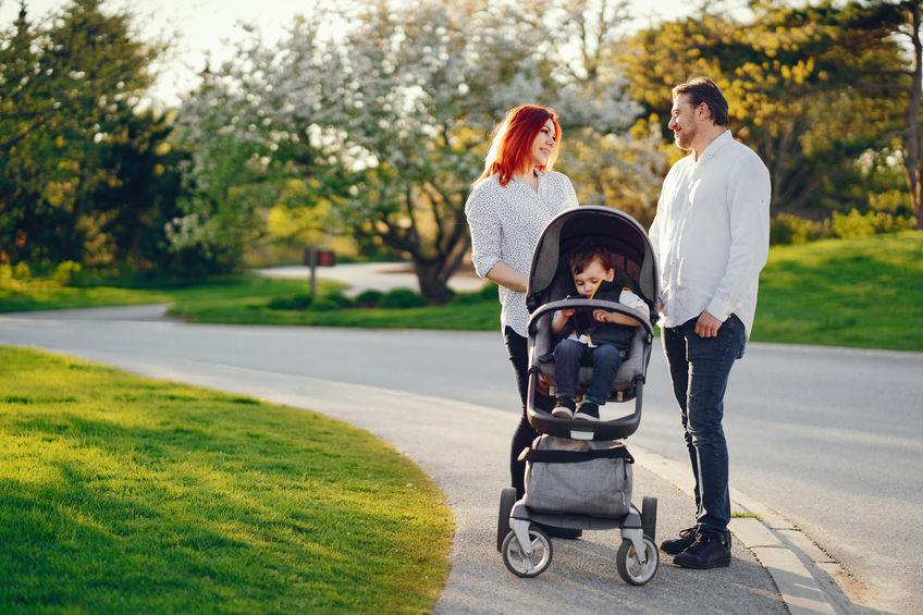 Padres dando un paseo con hijo