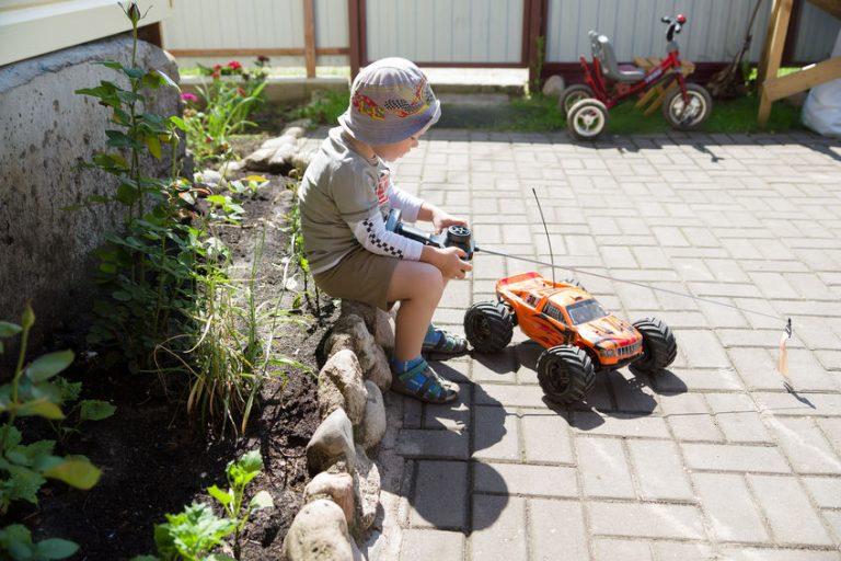 Niño con juguete a control remoto