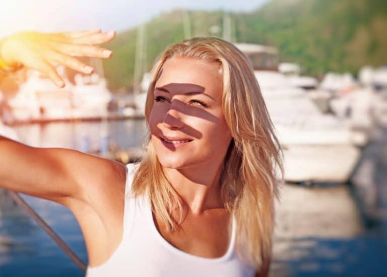 Mujer joven al sol