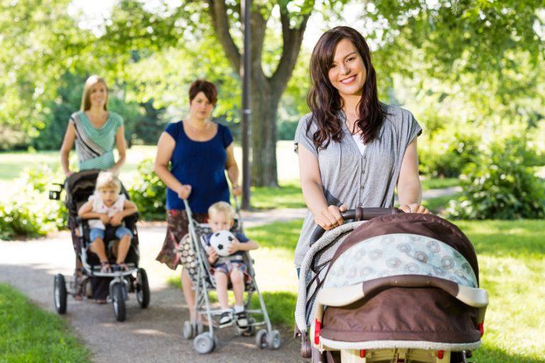 Madres paseando a bebés en baby Jogger
