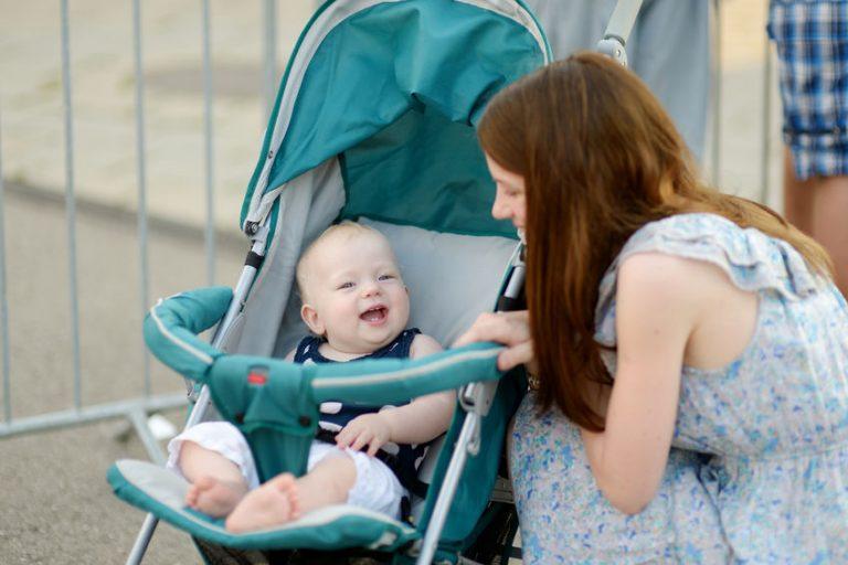 Madre con bebé en baby jogger
