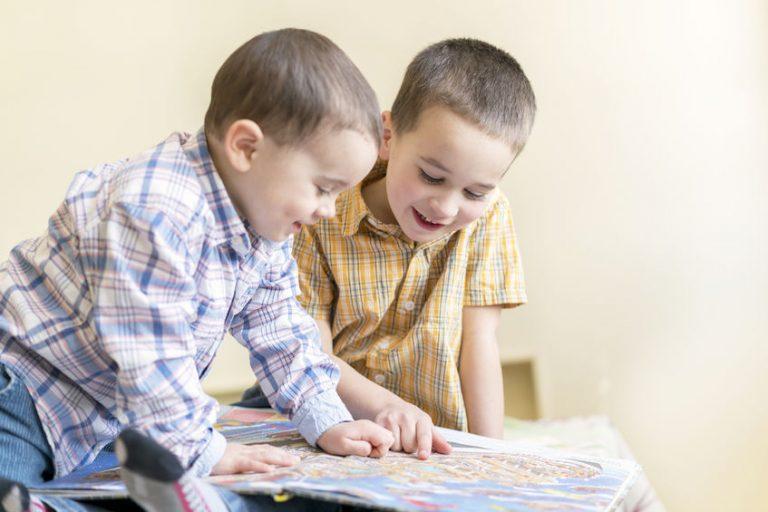 Niños concentrados leyendo