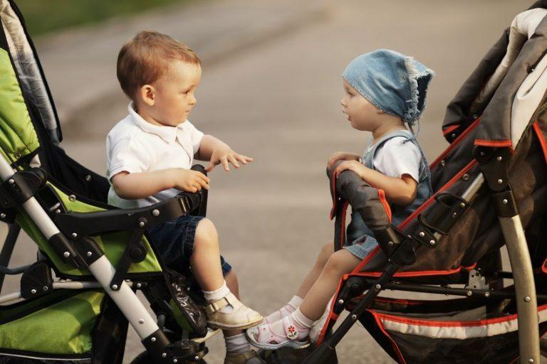 Dos niños en baby jogger