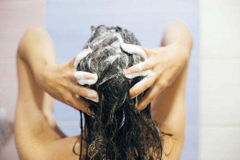 Mujer lavandose el cabello
