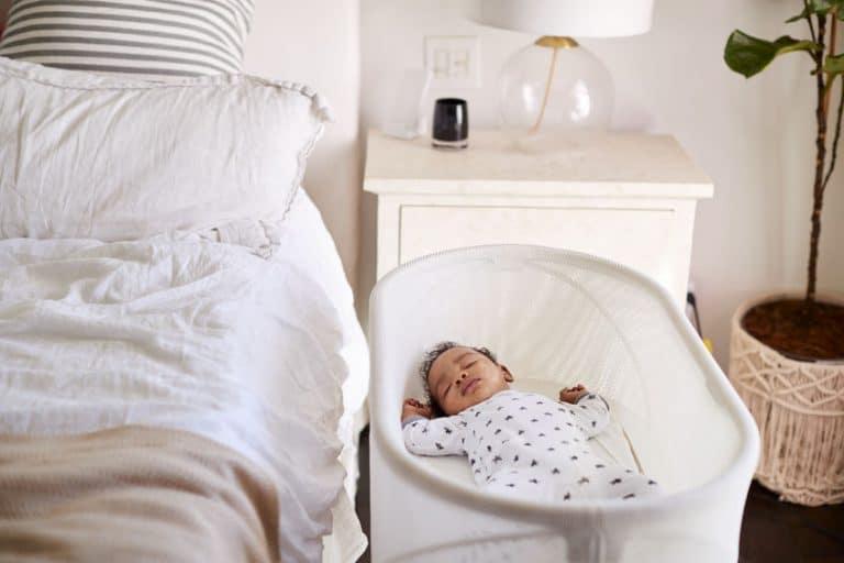 Bebé junto en habitación de padres