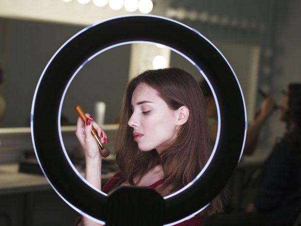 chica maquillandose con aro de luz