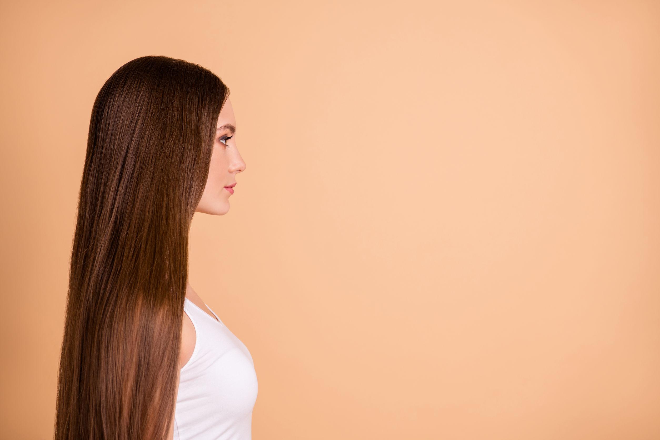 Vista de perfil de mujer de cabello largo castaño