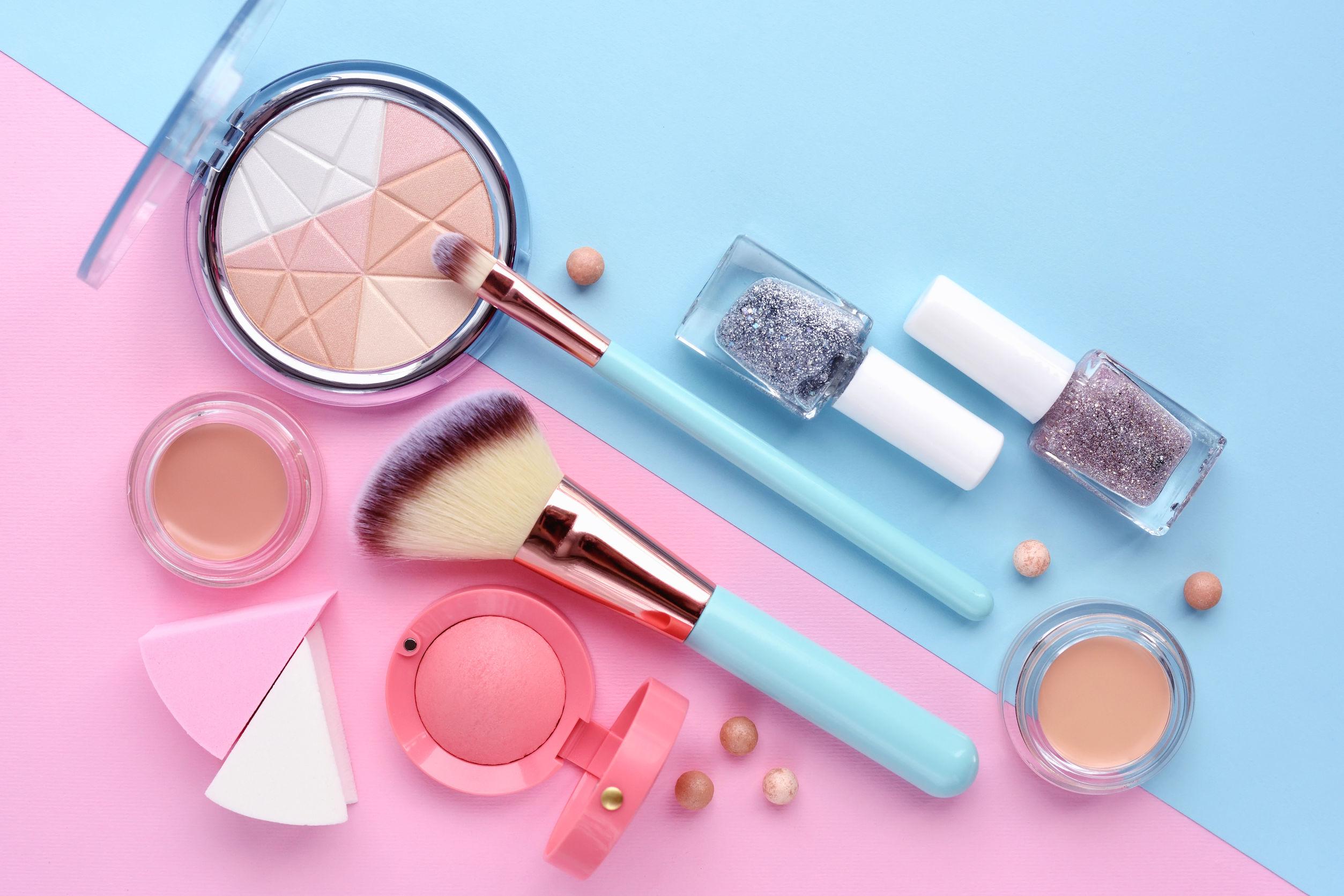 Varios productos de cosmetica sobre fondo pastel